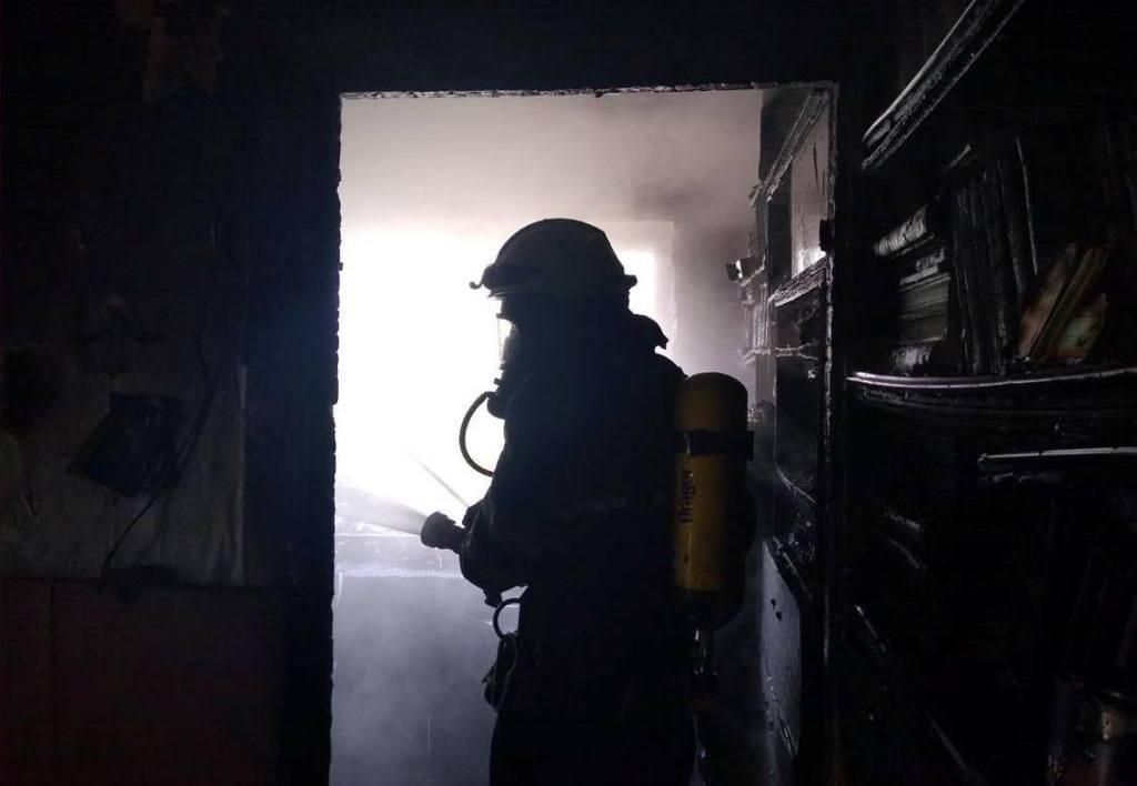 Пожарные тушат огонь в доме. Новости Днепра