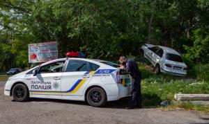 Автомобиль мог перевернуться, но его спасло то, что водитель вовремя смог остановиться. Новости Днепра
