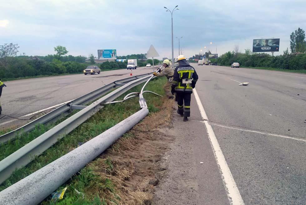 Под Днепром электроопора упала и перекрыла движение транспорта. Новости Днепра