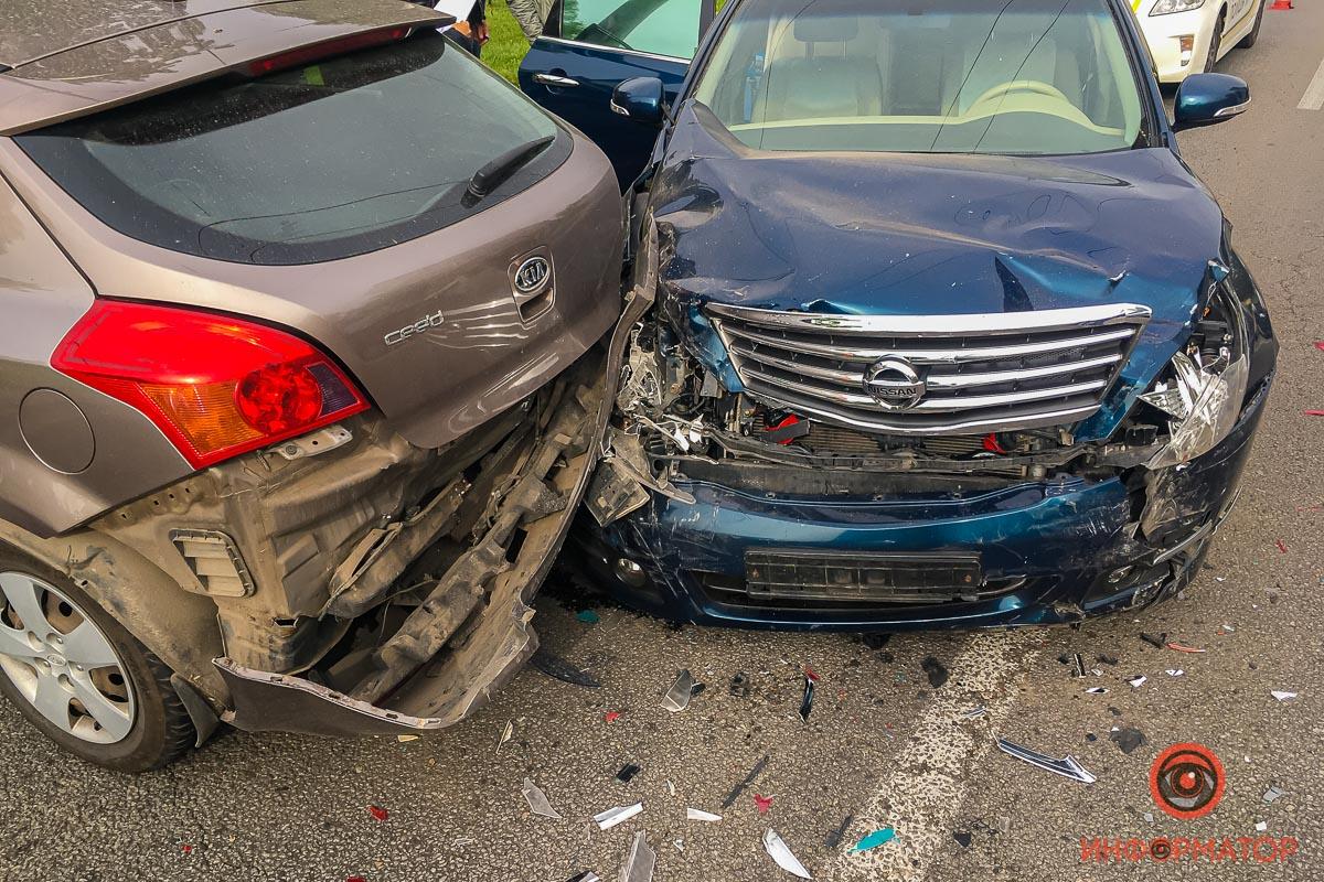 Серьезное ДТП на Малиновского в Днепре: 1 авто влетело в столб. Новости Днепра