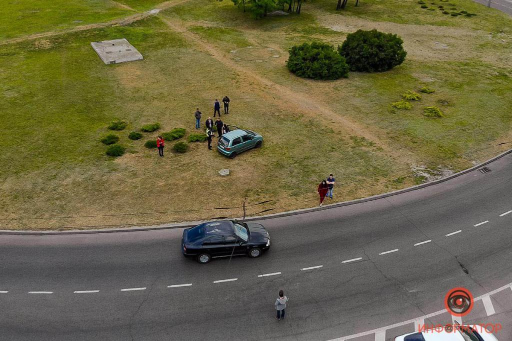 Авто вынесло на клумбу