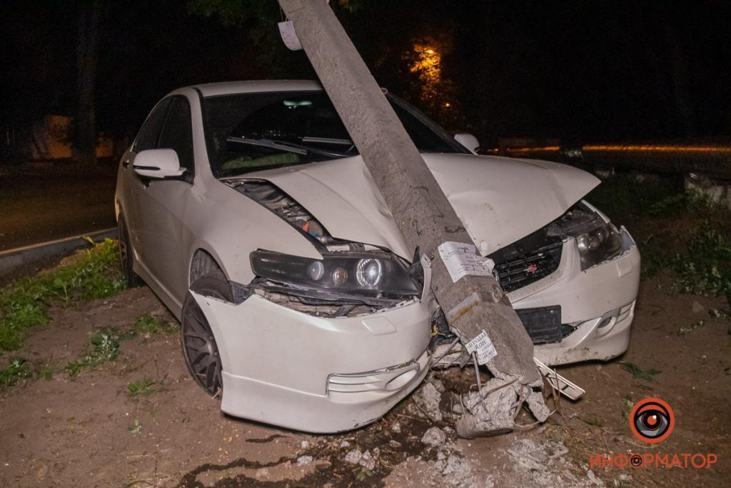 Авто влетело в столб