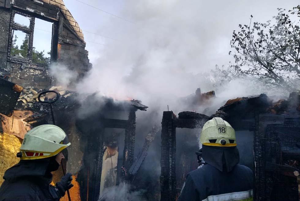 С огнем боролись 13 спасателей