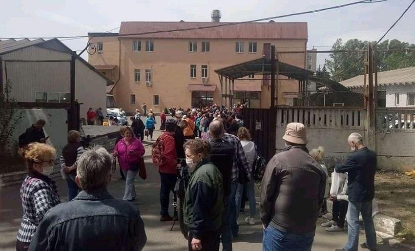 В Днепре собрались огромные очереди за пропусками на транспорт. Новости Днепра