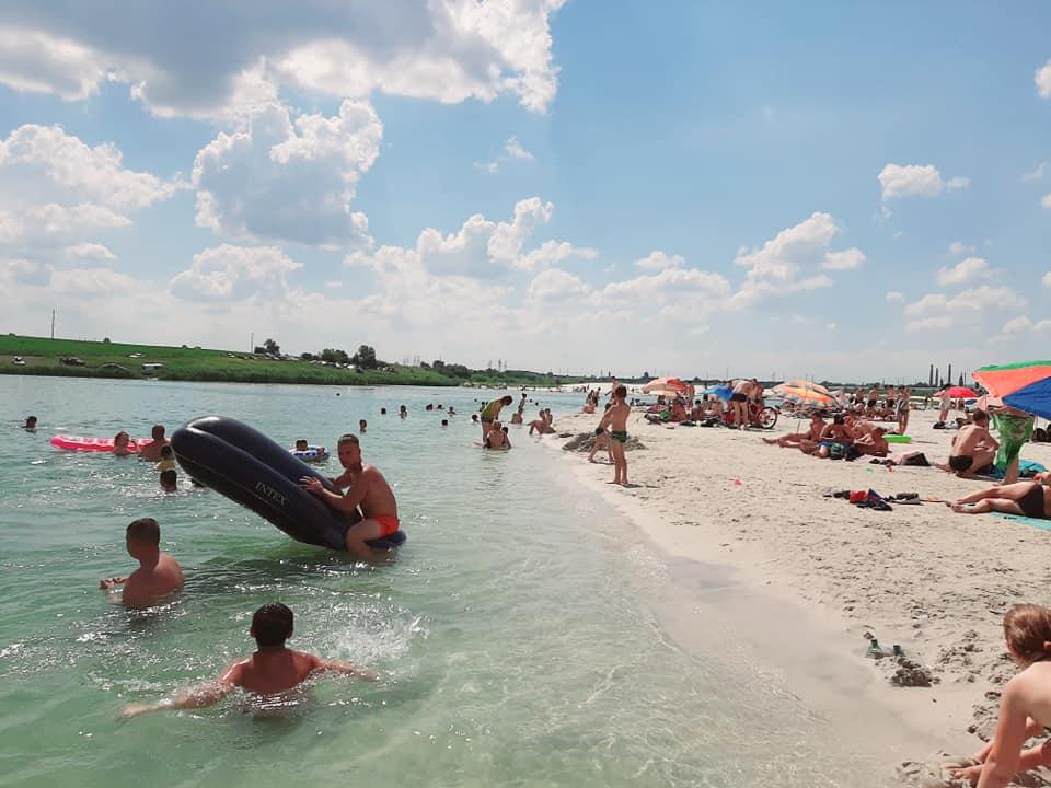 Сотни туристов посетили пляэ