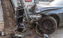 На Набережной в Днепре авто влетело в светофор: машину смяло