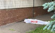 Погибла на месте: девушка выпрыгнула из окна роддома, названы причины