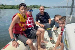 Одномоторный катер катал по реке Днепр детей на надувном плавсредстве «банан» и сломался. Новости Днепра