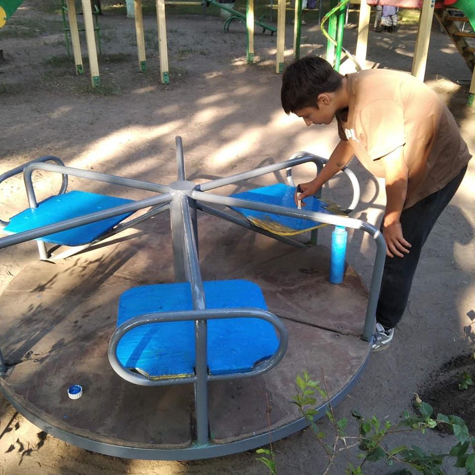Подростки сами ремонтируют детскую площадку. Новости Днепра