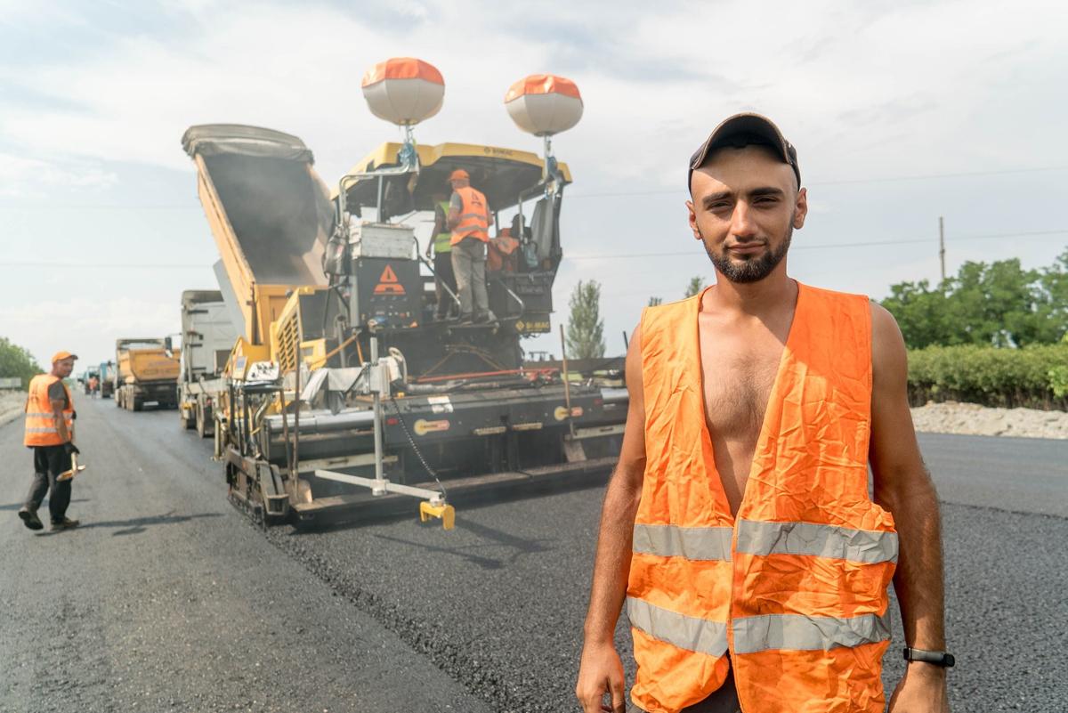 Как выглядят люди, которые строят дороги в Украине. Новости Украины