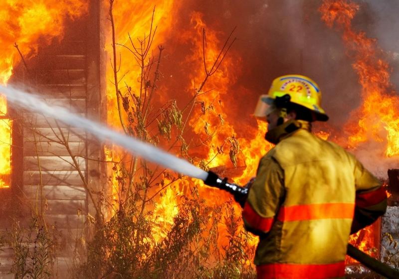 Огонь уничтожил холодильник, мебель на кухне и двери. Новости Днепра