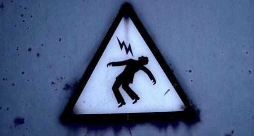 Оказалось, мужчина пытался перерезать электрический кабель, в этот момент его ударило током. Новости Днепра