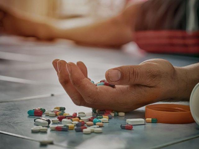Парень наглотался таблеток, с места происшествия его увезла скорая. Новости Днепра