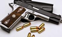 В Днепре у мужчины в гараже нашли оружие и боеприпасы