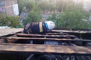 Огонь перешел на крышу жилого многоквартирного дома. Новости Днепра
