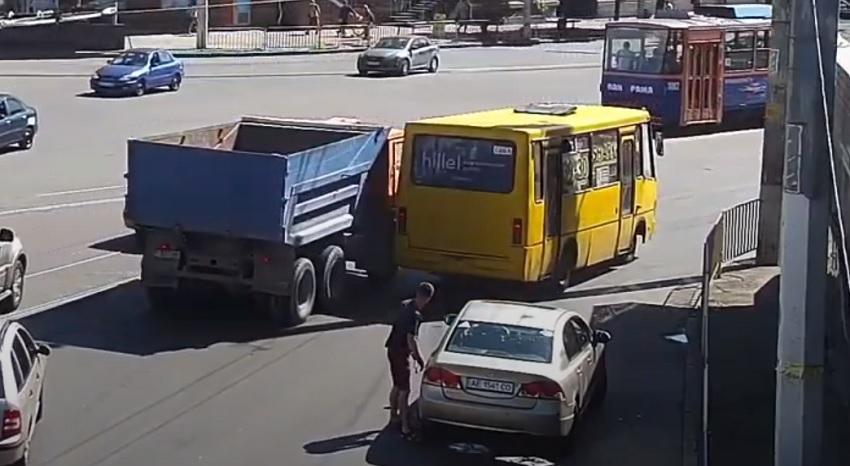 В Днепре столкнулись автобус и грузовик. Новости Днепра