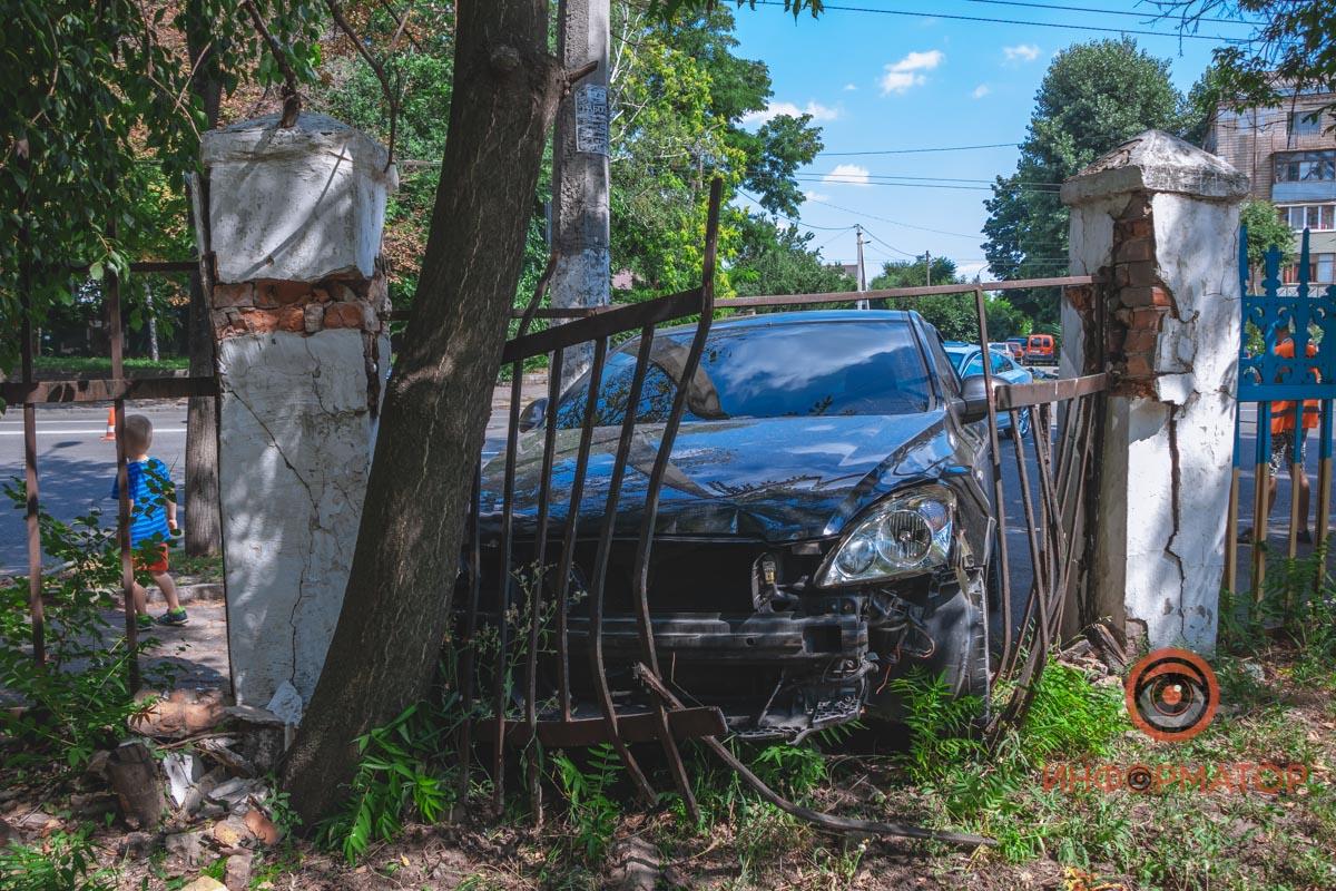 ДТП: автомобилист снес забор общежития. Новости Днепра