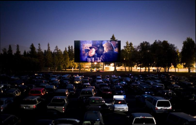 Горожане посмотрят кино прямо из автомобиля. Новости Днепра