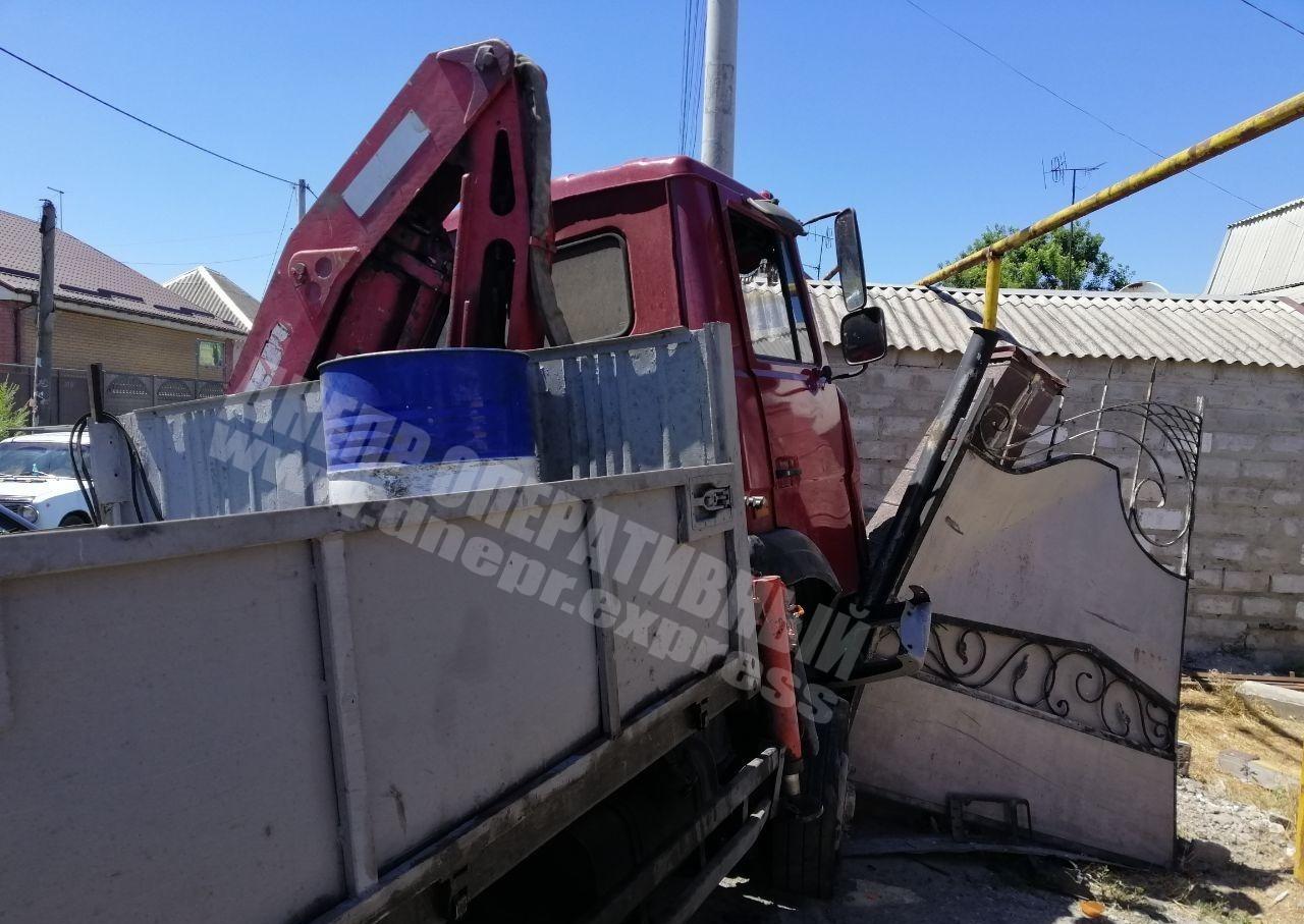 В Днепре грузовик влетел во двор дома. Новости Днепра