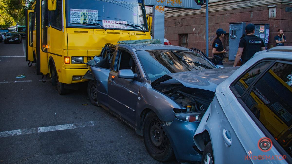 В Днепре у маршрутки отказали тормоза: она протаранила 3 авто. Новости Днепра