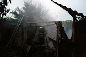 Пламя стремительно распространялось по всей площади постройки для хозяйственных нужд. Новости Днепра