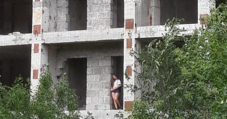 Подростки швыряют камни с крыши заброшки. Новости Днепра