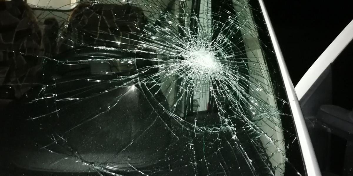 Неадекватный мужчина разбил стекло Скорой. Новости Днепра