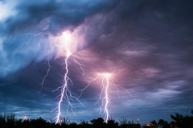 И-за сильного дождя, града и ветра в Днепре остались без света 1500 клиентов. Новости Днепра