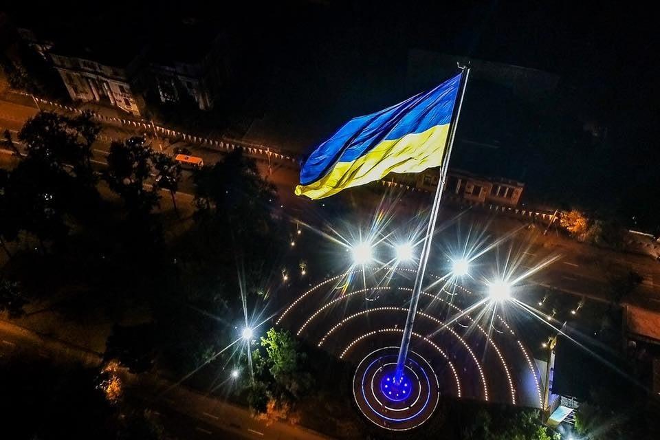 Новости Днепра про Каждый вечер в 20:00 фасад здания Днепропетровской ОГА превращается во флаг Украины