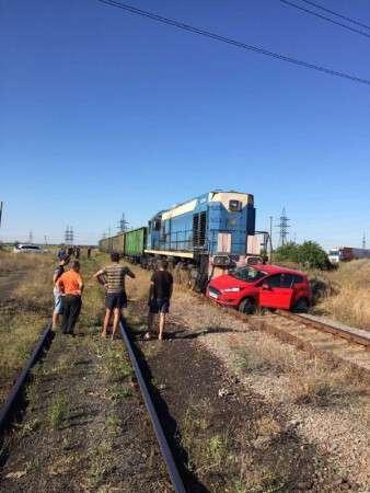 Новости Днепра про Под Днепром легковушку протаранил поезд