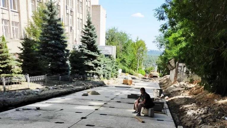 Коммунальщики начали ремонт разрушенной дождем улицы. Новости Днепра