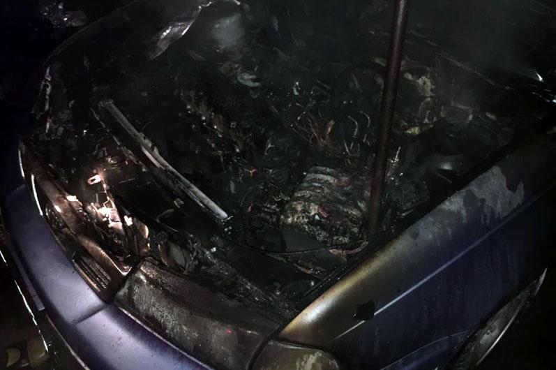 Новости Днепра про Посреди дороги загорелся автомобиль с водителем внутри