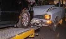 Пьяный водитель въехал в машину, которая съезжала с эвакуатора