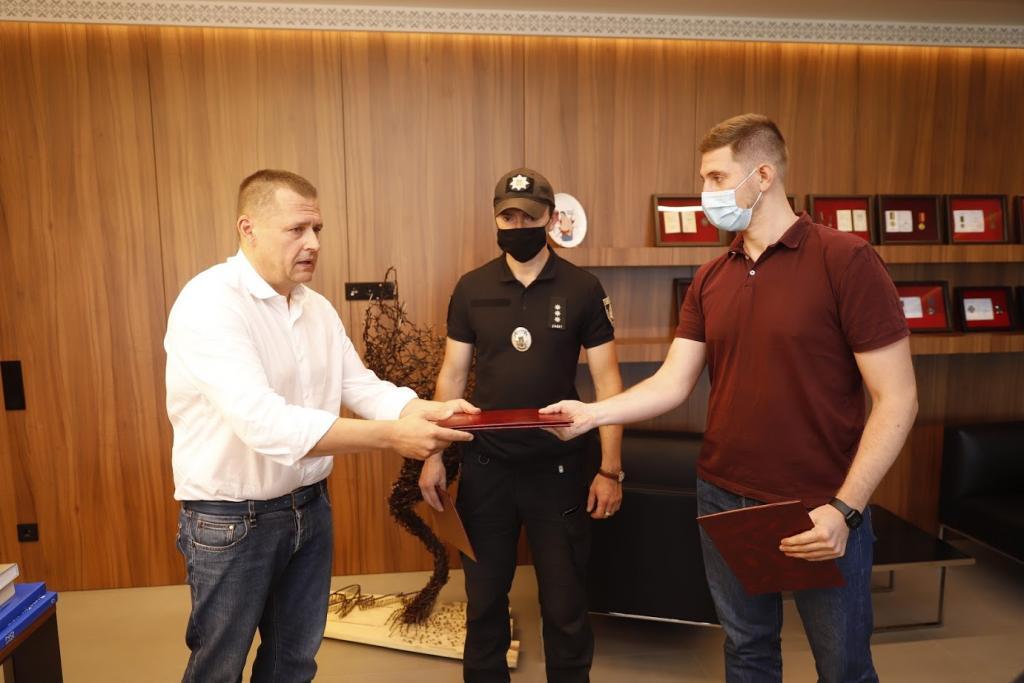 Новости Днепра про Борис Филатов наградил полицейского и инспекторов благоустройства, которые задержали обидчика женщины на Европейской площади