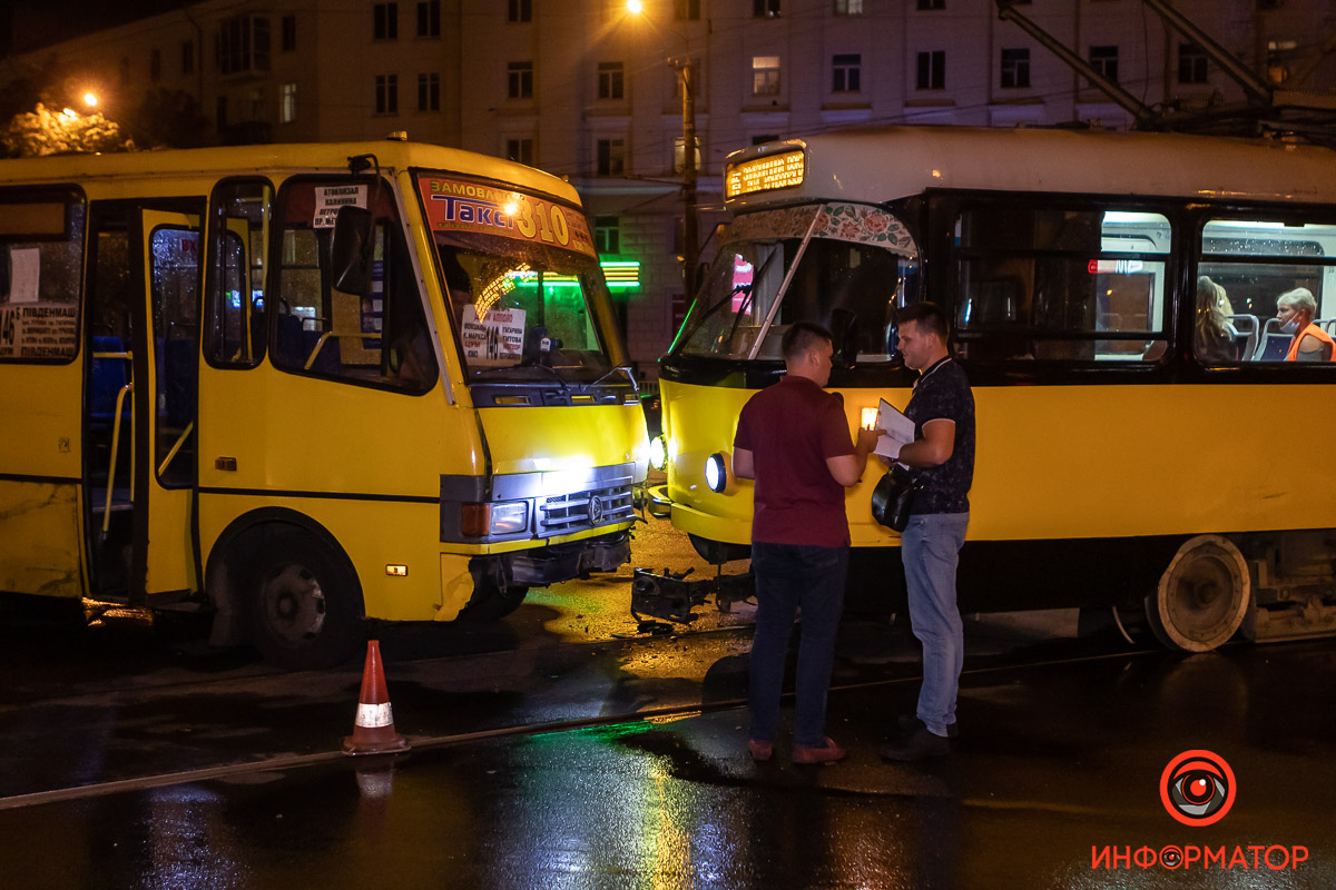 Столкнулись маршрутка и трамвай. Новости Днепра