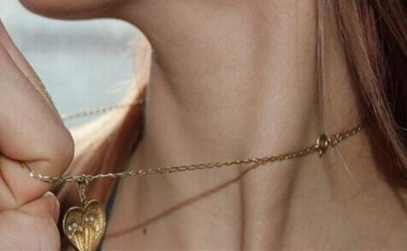Под Днепром мужчина сорвал с шеи девушки золотую цепочку
