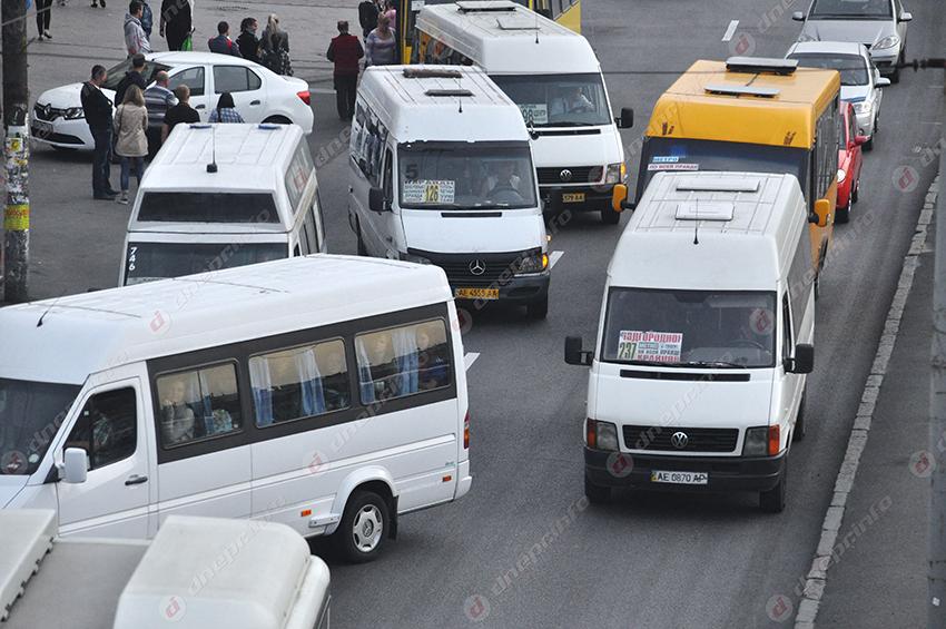 В Днепре пассажиры жалуются на маленькое расстояние между сиденьями. Новости Днепра