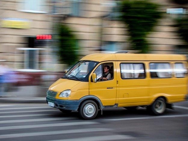 В Днепре водитель маршрутки так спешил, что чуть не сбил двух пешеходов. Новости Днепра
