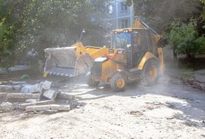 В Днепре проходит ремонт внутриквартальной дороги по улице Калиновой в районе дома №83. Это одна из 250 внутриквартальных дорог, ремонт которых запланировано на 2020 год. Более половины уже выполнено. Новости Днепра