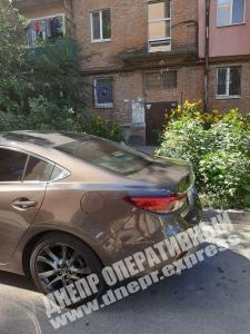 Новости Днепра про В Днепре автохам заблокировал подход к подъезду
