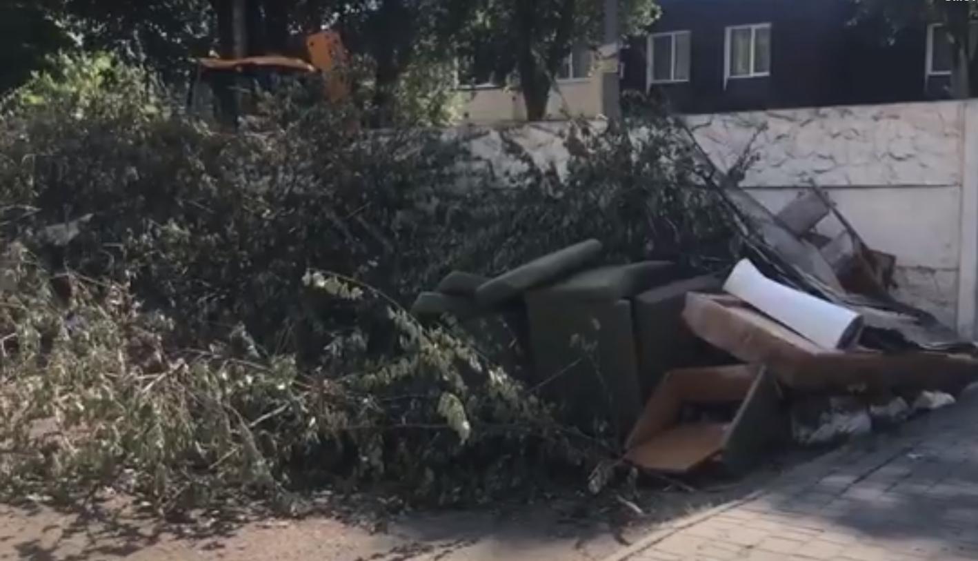 Горожане превратили свой дом в свалку. Новости Днепра