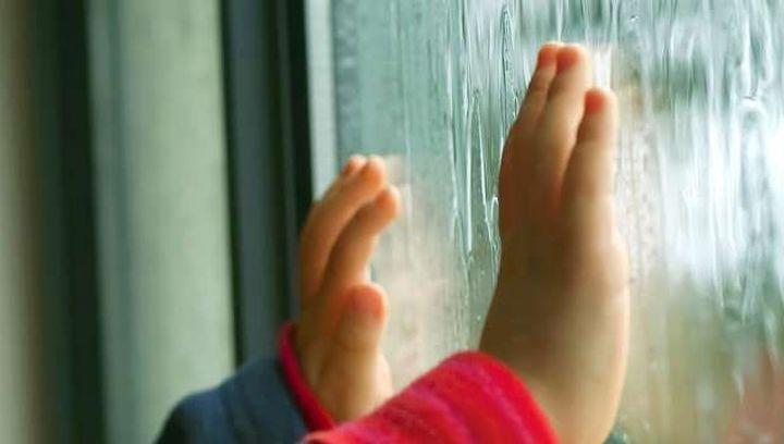 На Днепропетровщине 4-летняя девочка выпала из окна. Новости Днепра