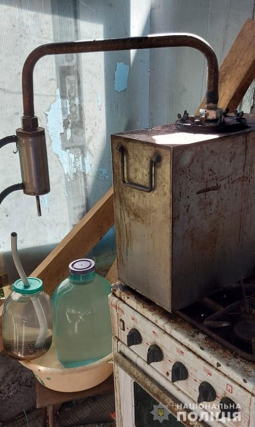 В Днепре разоблачили местных жителей, которые занимались незаконным изготовлением и продажей алкоголя. Новости Днепра