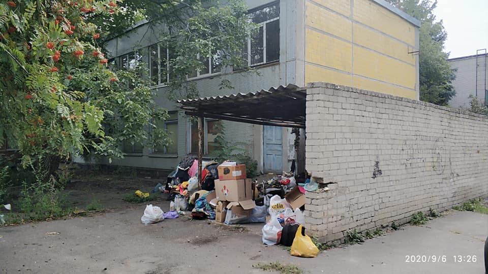 Бездомная держит в страхе детей. Новости Днепра