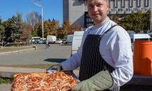 Угоститься мог каждый: Днепре установили рекорд по выпеканию пиццы в украинском орнаменте