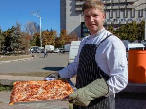 В Днепре на День города установили национальный рекорд по выпеканию пиццы в украинском орнаменте. Новости Днепра
