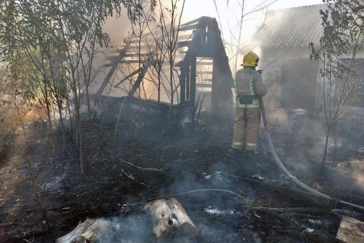 Загорелись хозяйственные постройки. Новости Днепра
