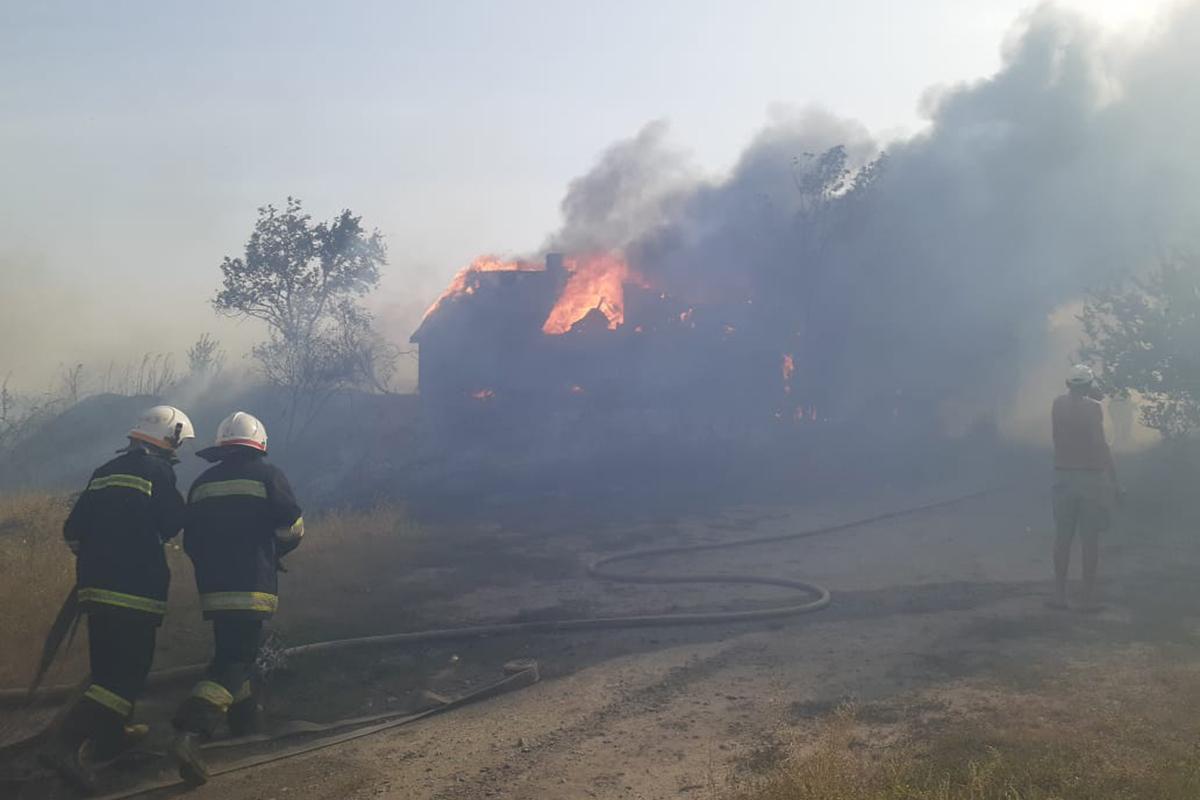 Горящая трава подожгла два дома. Новости Днепра