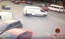 Видео момента: в Днепре автомобиль без водителя катался по проезжей части