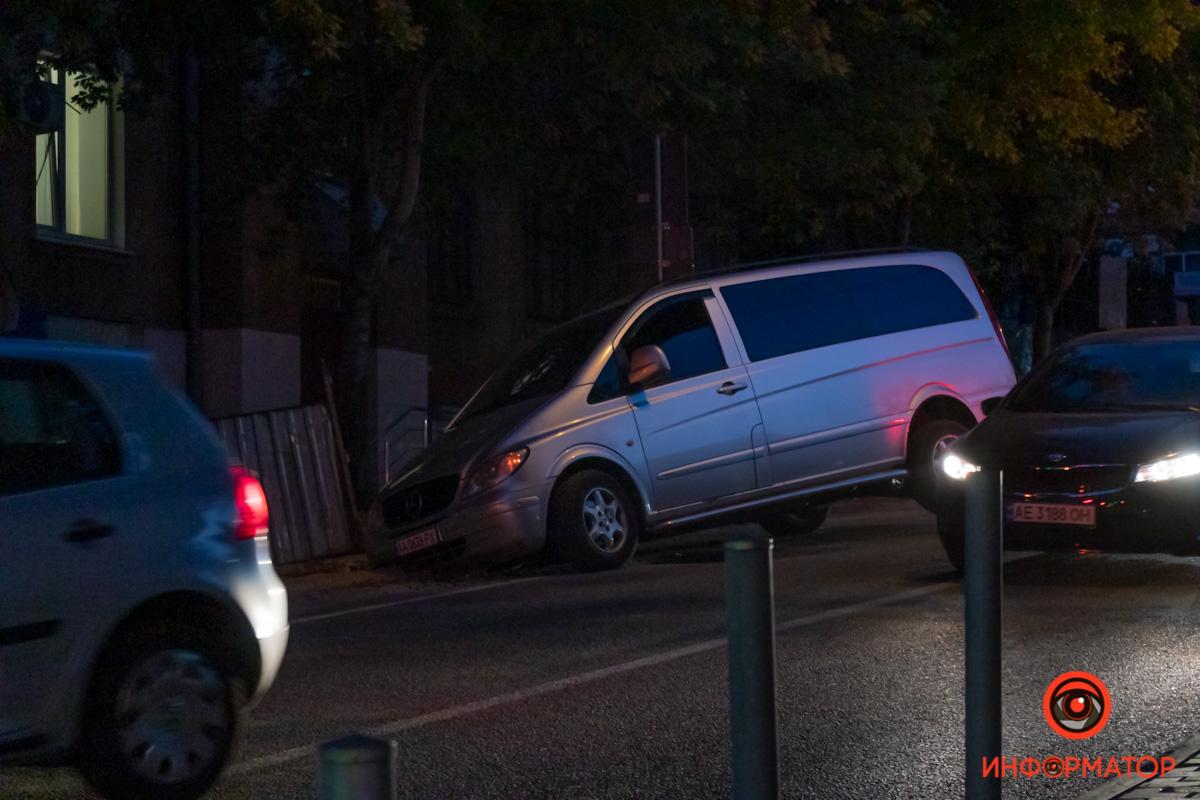 В Днепре автомобиль застрял в яме